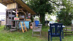 Ja, das ist hier ein Kraftplatz, ich (Christel) sitze gerne hier. Es gibt geschützte Stellen mit Stuhl und Bänken. Hervorragend geeignet mit dem einem Buch, was zu trinken und essen , dann ist der Sommerabend zu genießen. Kommt und probiert es aus. Na, treffen wir uns??